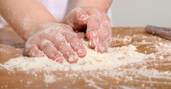 Les enfants mettent la main à la pâte pour la fête de leurs parents
