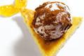 Truffe glacée au chocolat lacté sur son pain de gênes et sa marmelade d'orange amère