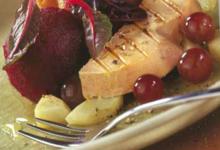 Foie gras chaud sur topinambours et ails confits, sorbet de betteraven kugelhof au lard et aux noix