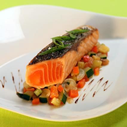 Recette pav de saumon de norv ge cuit l 39 unilat ral cocotte de l gumes proven aux - Comment cuisiner pave de saumon ...