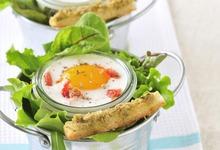 Oeufs cocotte aux tomates confites et caviar d'olives vertes