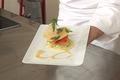 Croustillant de saumon fumé, chips de parmesan, sauce au raifort