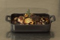 Râble de lapin confit aux échalotes grises, vin rouge et champignons