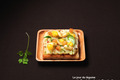 Carpaccio d'artichauts, amandes au lait, dés d'orange, petites feuilles d'estragon, basilic, coriandre, dés de pain brûlé