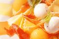 SALADE FRAICHEUR DE FARFALLES, billes de melon et jambon cru