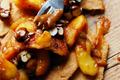 Tarte cassée aux Antarès®, caramel salé et noisettes croustillantes