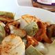 Saint-Jacques rôties, pétales d'artichauts, champignons des bois  et corzetti à la crème de coques