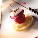 Noix de saint jacques justes saisies au Poivre de Cassis, Crémeux de betteraves rouges au nectar de Cassis, Jus de vinaigre de sureau