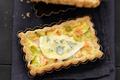 Tarte fondante au Bresse Bleu, saumon et poireau