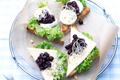 Toasts au Fromage de Chèvre avec Trempette aux Myrtilles