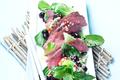 Salade asiatique avec des myrtilles sauvages
