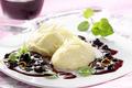 Mousse blanche au chocolat  avec une sauce aux myrtilles parfumée à l'Amaretto