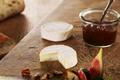 Cabécou du Périgord Rians, compotée de figues et condiment d'oignons, pâte de noix maison