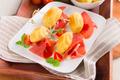 Mini-‐brochettes de madeleines aux graines de pavot accompagnées de Jambon de Parme, tomates et basilic